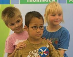 Kinder auf dem Fotostand