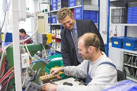 Minister Klaus Zeh mit Mitarbeitern der Werkstatt